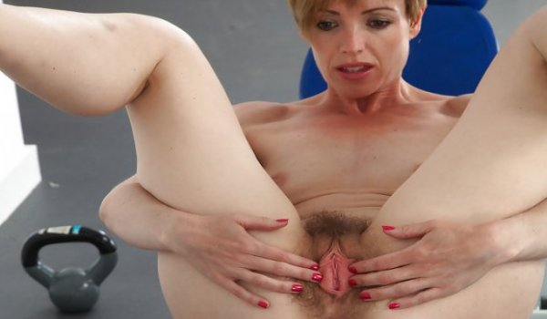 Loira madura arregaçando sua buceta cabeluda