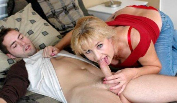 Mãe acorda o seu filho chupando a piroca dele