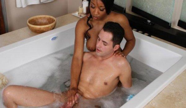 Imagem para Negona gostosa fazendo massagem em um rapaz dentro da banheira