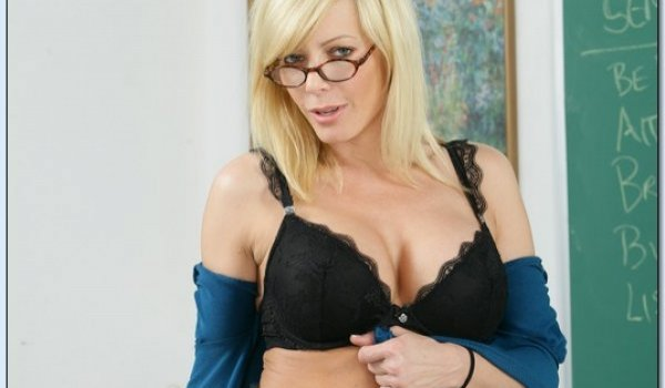 Professora loira gostosa se mostrando só de lingerie preta