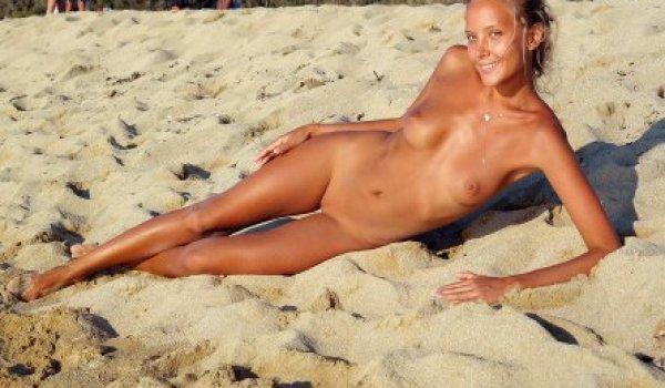 Loira bronzeada nua na praia