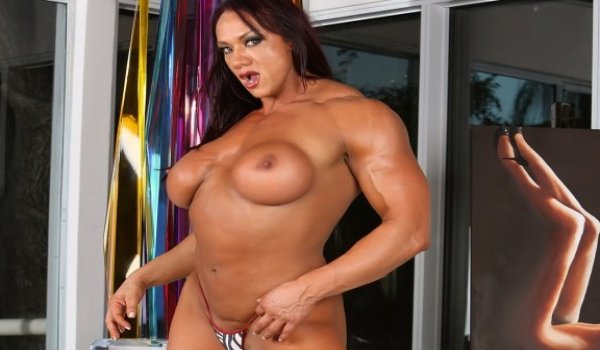 Morena musculosa com seus peitões de fora