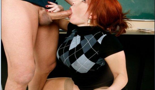Professora ruiva safada acocada chupando a pica do aluno tarado