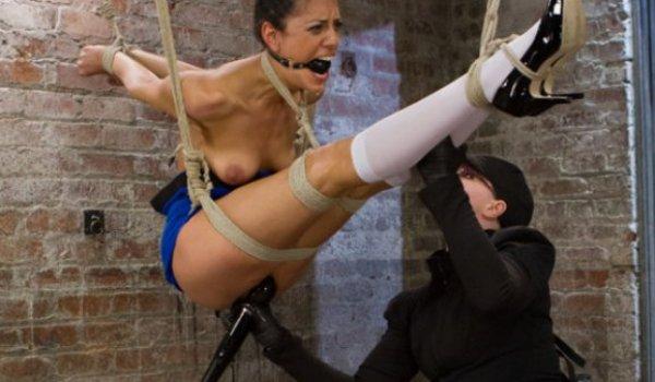 Putona presa por cordas no alto e sendo masturbada com um vibrador