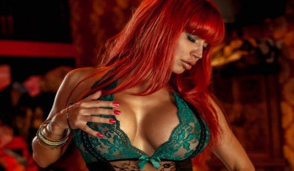 Ruiva tesuda em uma lingerie super sexy