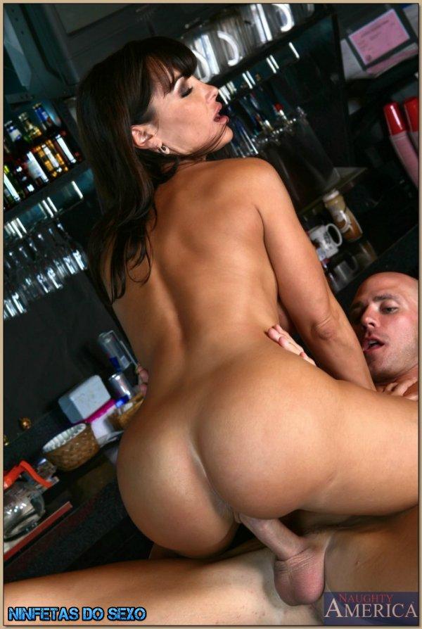 лиса энн на барной стойке