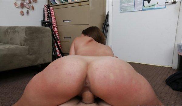 Safada sentada na piroca com seu rabão virado para o macho