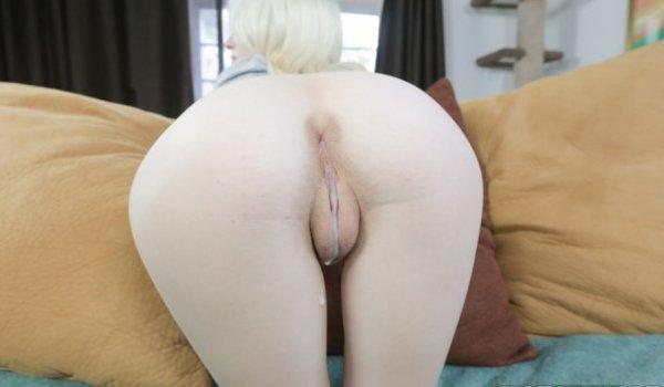 Novinha mostrando de quatro o seu bucetão cheio de porra