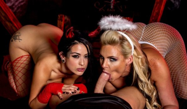 Anjinha e diabinha chupando o cacete da caveira com as bundas empinadas