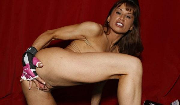 Imagem para Musculosa abrindo a xoxota com as mãos na academia
