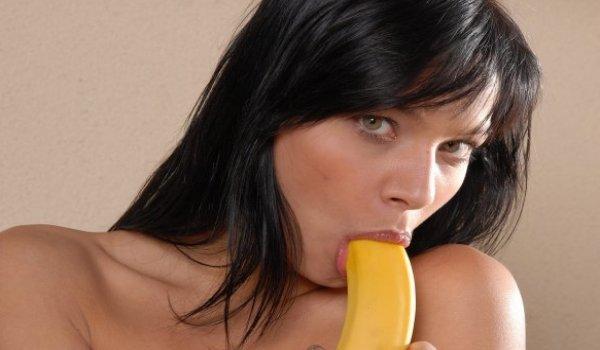 Ninfeta chupa sua banana antes de enfiar na rachada cheia de óleo