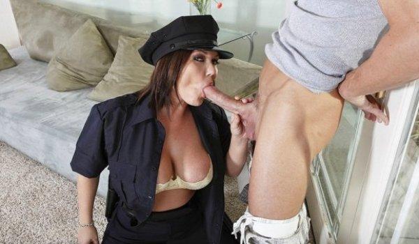 Policial tetuda chupando o caralho