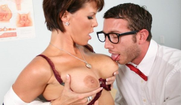 Professora madura dando os peitinhos para seu aluno chupar