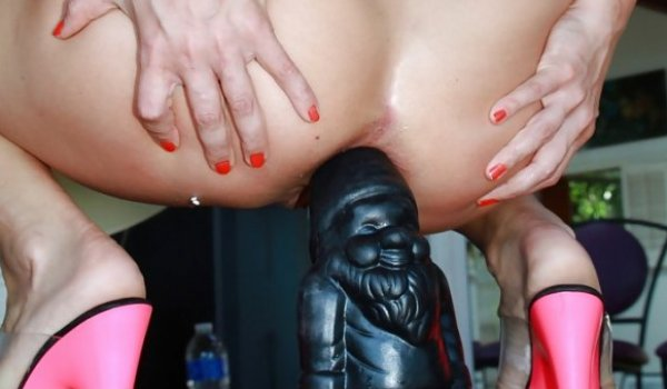 Loira sentando o cuzinho em uma estatua