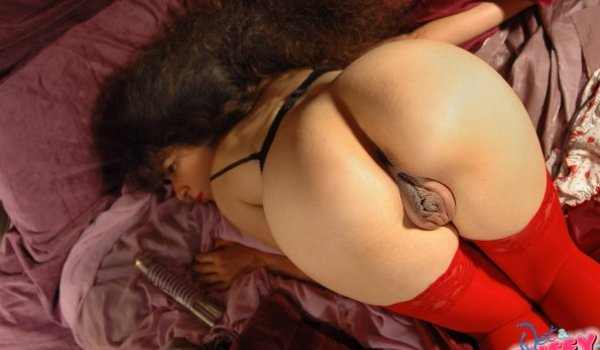 Morena empina sua buceta inchada