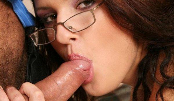 Morena de óculos chupando o cacete do seu macho