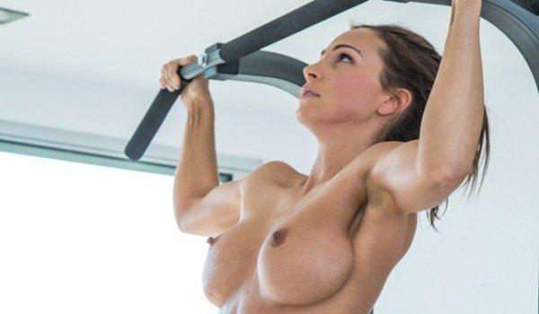Sarada fazendo ginastica pelada