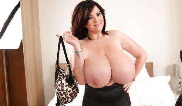 Tesuda faz um topless e revela os seus seios enormes