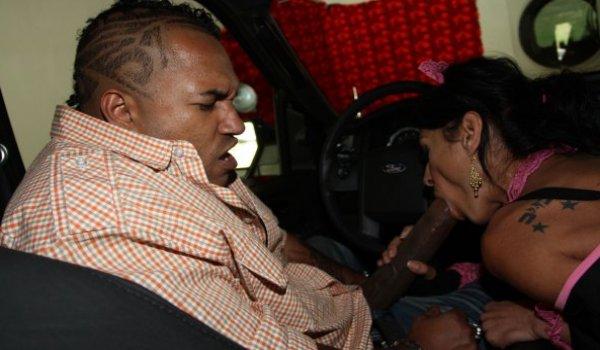 Empregada safada chupando o pauzudo no carro