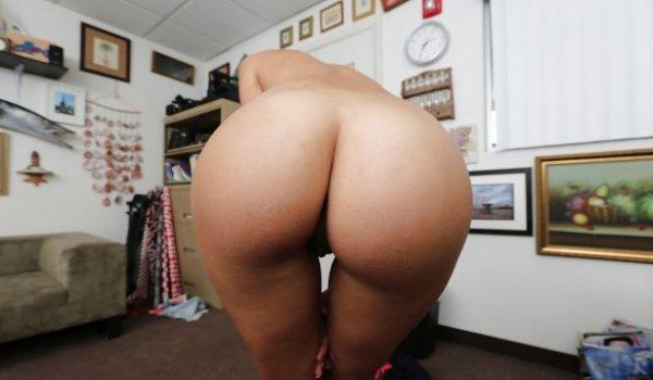 Novinha tirando a roupa e mostrando a bunda