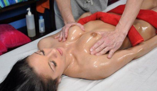 Morena novinha recebendo uma massagem nos peitinhos