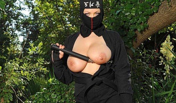 Ninja gostosa e tetuda