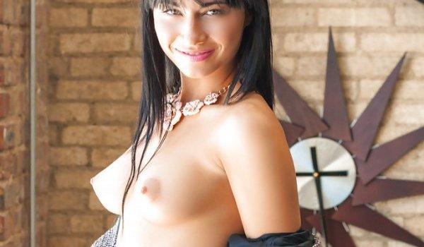 Moreninha mostrando seus seios arrebitados