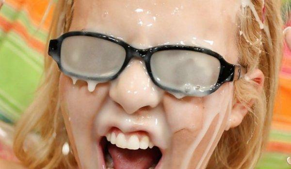 Loira de óculos recebendo muita porra na cara