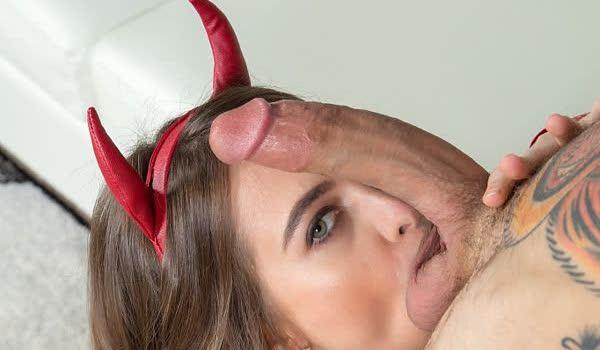 Riley Reid fantasiada de diabinha pagando um boquetão
