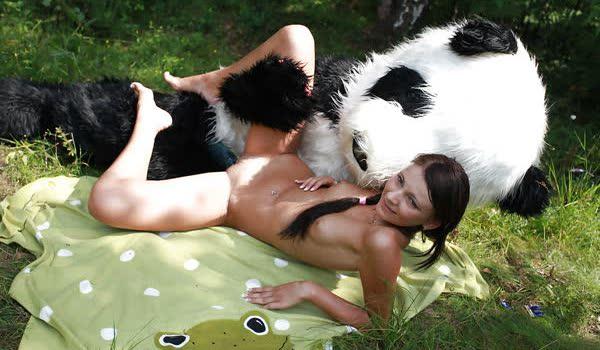 Imagem para Novinha safada transando com o panda ao ar livre