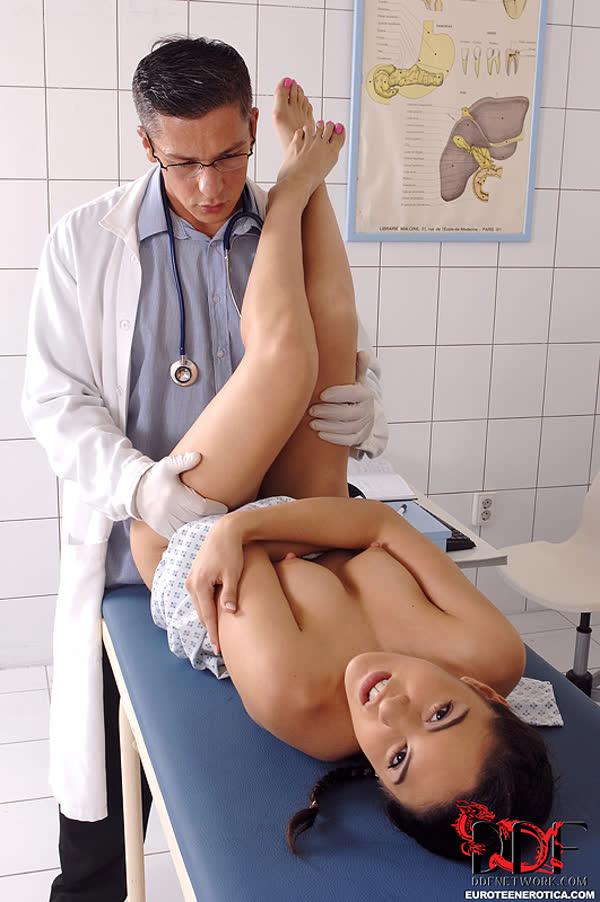 colegial-safada-transando-com-o-medico-9