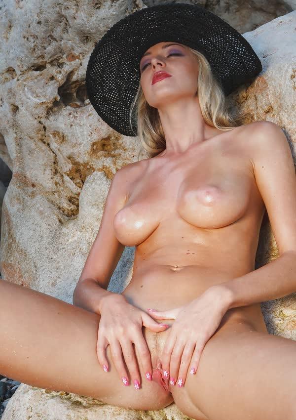 jennifer-na-praia-mostrando-a-buceta-perfeita-gostosa-10
