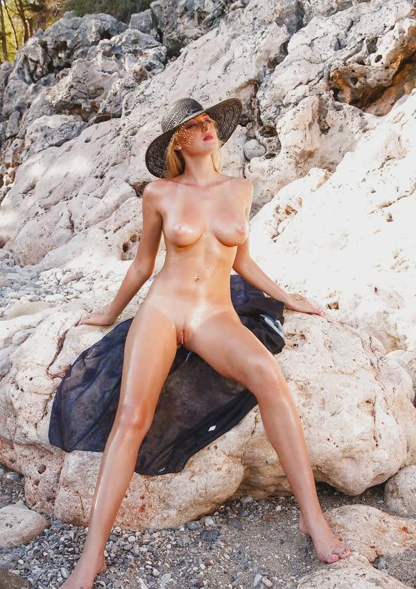 jennifer-na-praia-mostrando-a-buceta-perfeita-gostosa-15