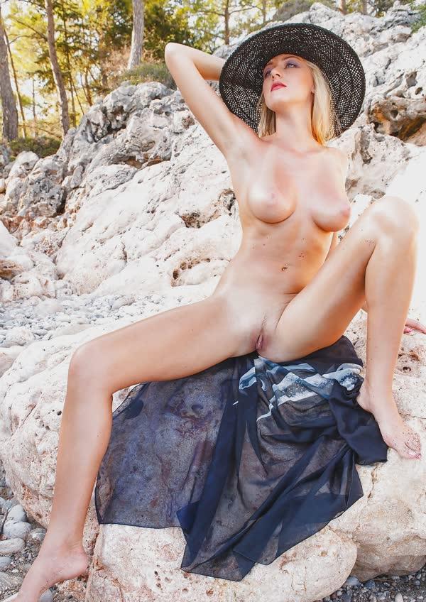 jennifer-na-praia-mostrando-a-buceta-perfeita-gostosa-21