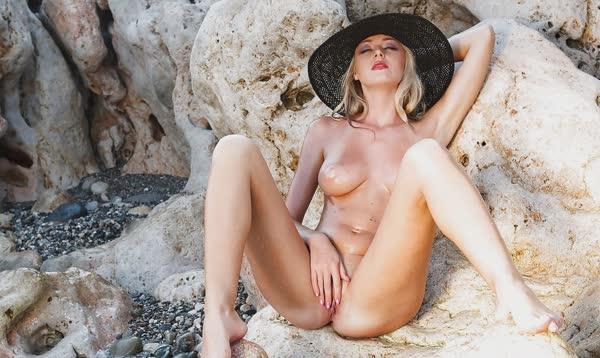 jennifer-na-praia-mostrando-a-buceta-perfeita-gostosa-5