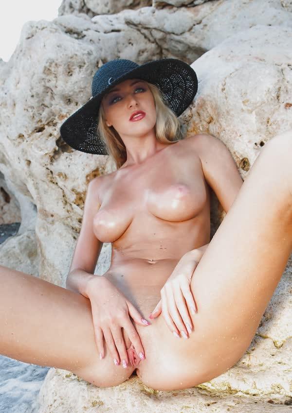 jennifer-na-praia-mostrando-a-buceta-perfeita-gostosa-7