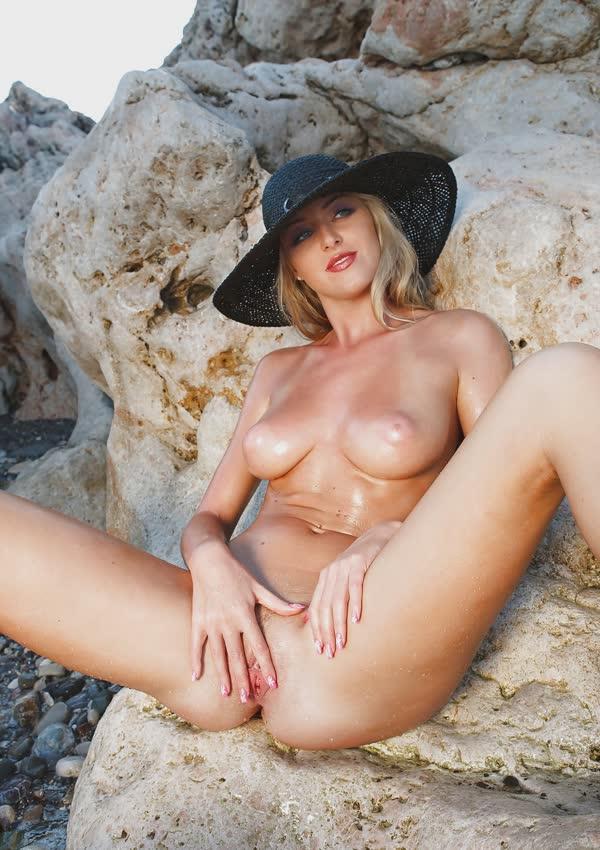 jennifer-na-praia-mostrando-a-buceta-perfeita-gostosa-8