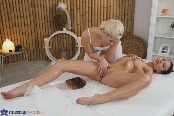 loira-puta-massageando-a-moreninha-6