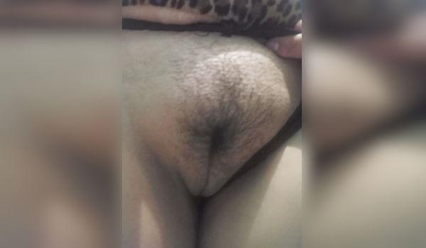 Imagem para Negra amadora mostra a buceta inchada