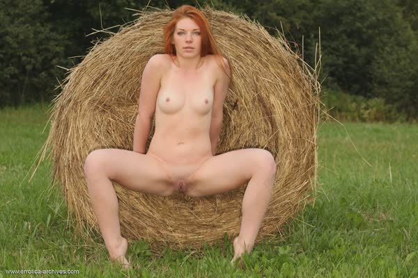 ruivinha-mostra-a-vagina-no-campo-11