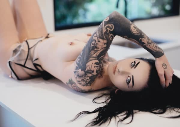 ninfetinha-tatuada-posando-nua-14