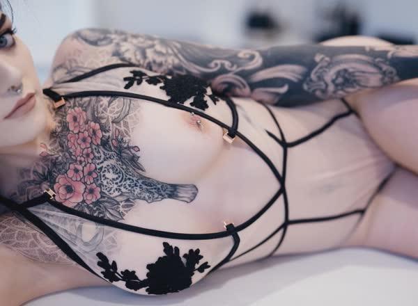 ninfetinha-tatuada-posando-nua-26