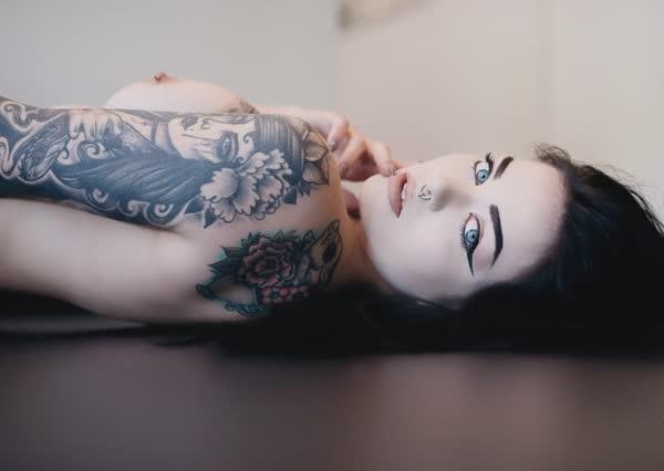 ninfetinha-tatuada-posando-nua-5