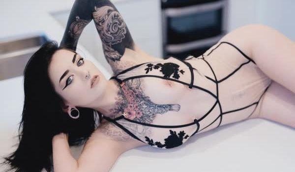 Imagem para Ninfetinha tatuada posando nua