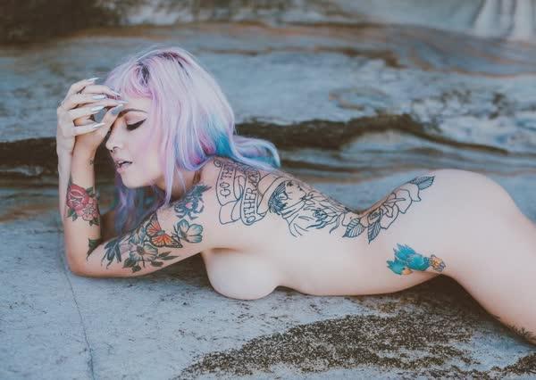putinha-linda-tatuada-totalmente-pelada-7