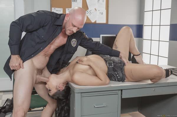 gina-valentina-fodendo-com-o-policial-14