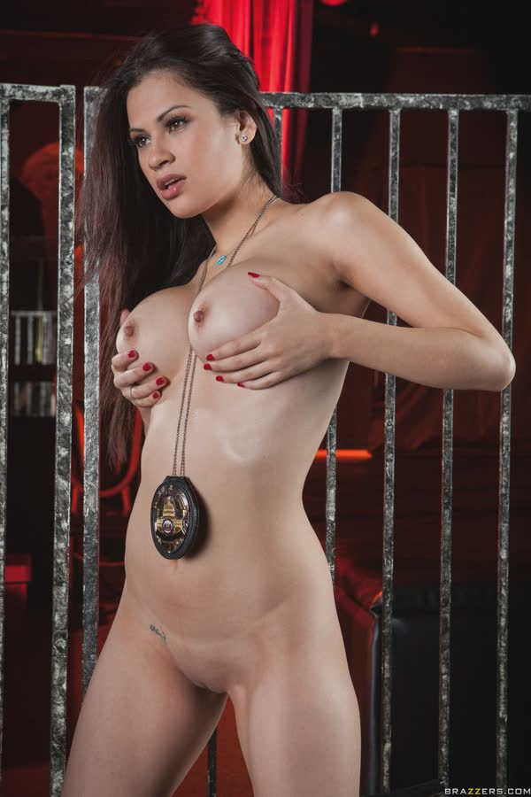 policial-latina-em-gostosa-posando-peladinha-17