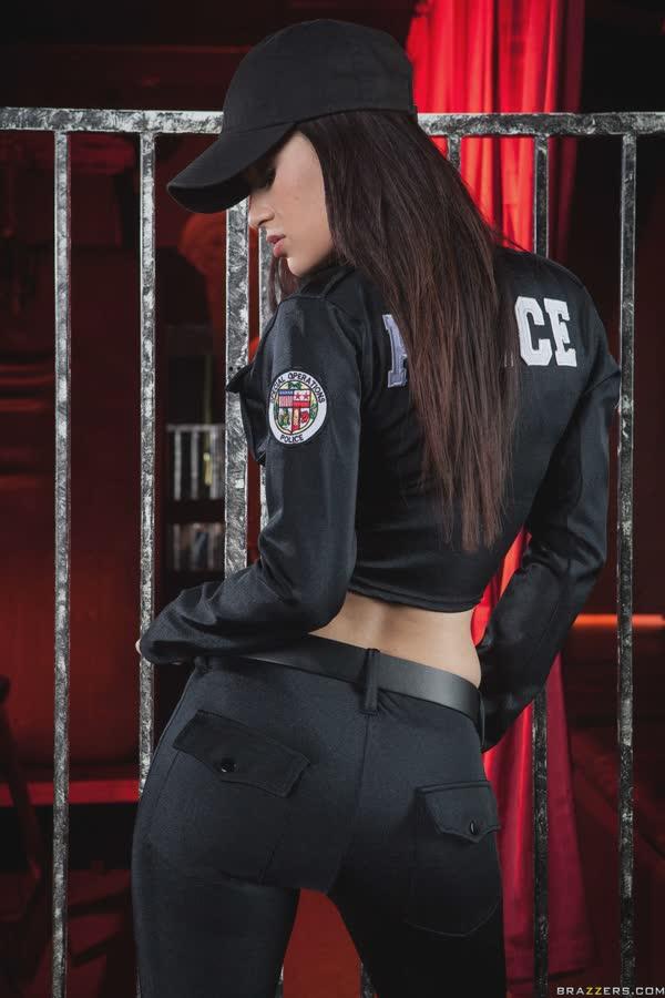 policial-latina-em-gostosa-posando-peladinha-3