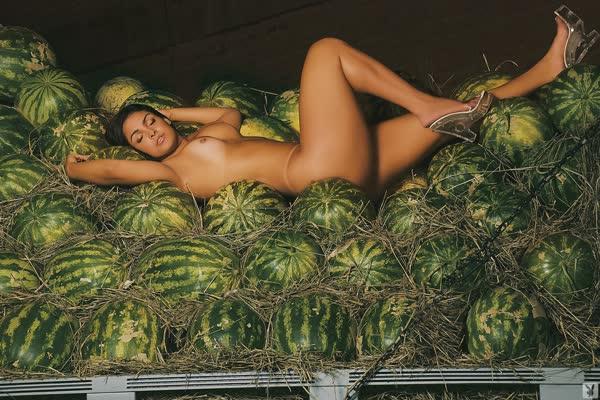 mulher-melancia-mostrando-o-corpo-gostoso-12