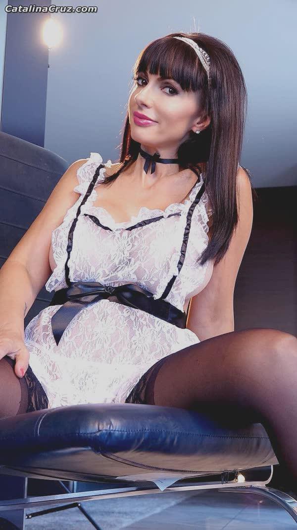 morena-se-fantasiou-de-empregada-sexy-15